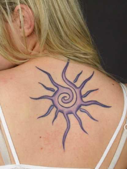 Uma tatuagem que a menina da coluna vertebral - sol