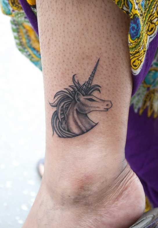 Uma tatuagem que a menina sobre a perna - unicórnio
