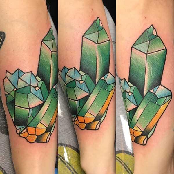 Verde figura de cristais no antebraço da menina