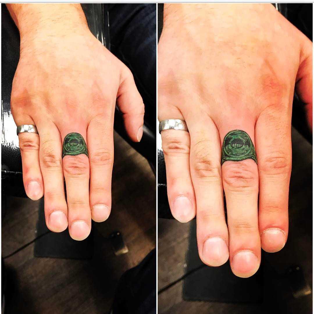 Verde tatuagem do anel no dedo médio, homens